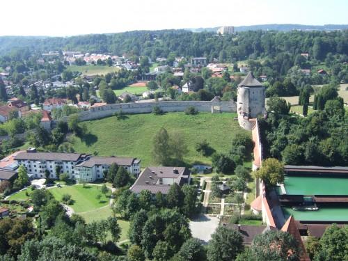 Blick von der Hauptburg auf den Eggenberg mit Pulverturm Foto: Archiv Verf.