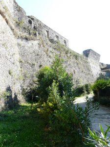 Ioánnina, Itsch Kale. Von Alis prachtvollen Palastbauten blieben nur steinerne Substruktionen auf den Wehrmauern (Foto: Verfasser)