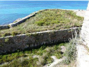 Graben und meerseitige Enveloppe des Fort Pantokrátor in Préveza (Foto: Verfasser)