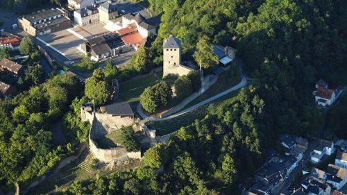 Luftbild Burganlage Sayn oberhalb von Bendorf Quelle: Wikimedia Commons, CC BY-SA 3.0, Foto: Wolkenkratzer (User)